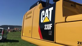 Inspektionsrundgang um einen nagelneuen CAT 330 FLN